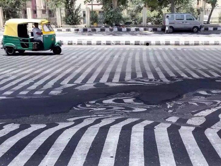 ذوبان طبقات الإسفلت في شوارع #دلهي في #الهند بسبب ارتفاع الحرارة - صورة ١