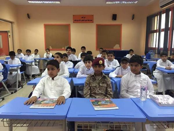 مدرسة في #أبها تفاجأت بحضور طالب بالزي العسكري تضامناً مع والده المرابط على الحد الجنوبي