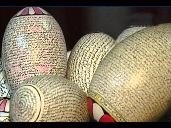 سعودي تجاوز ال ٧٠ من عمره هوايته الكتابة والرسم على البيض #غرد_بصوره صوره رقم 2