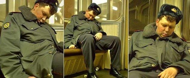 صورة مضحكة موظفي الامن ينام الموظف دون اي حراسة#غرد_بصوره