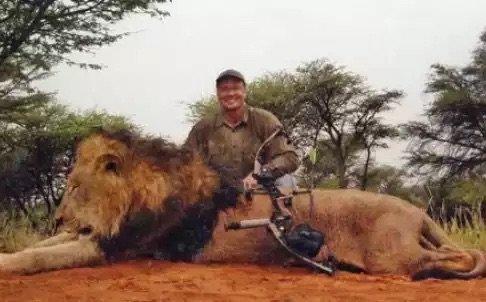 الطبيب والتر بالمر وشريكه الذين قتلا الأسد Cecil مما اثار حملة عالمية ضدهما - صورة ٢