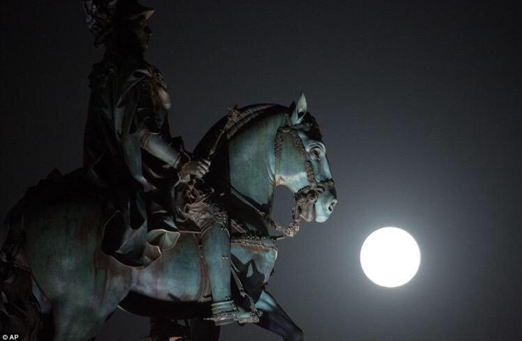 صور ظهور القمر العملاق حول العالم - ١