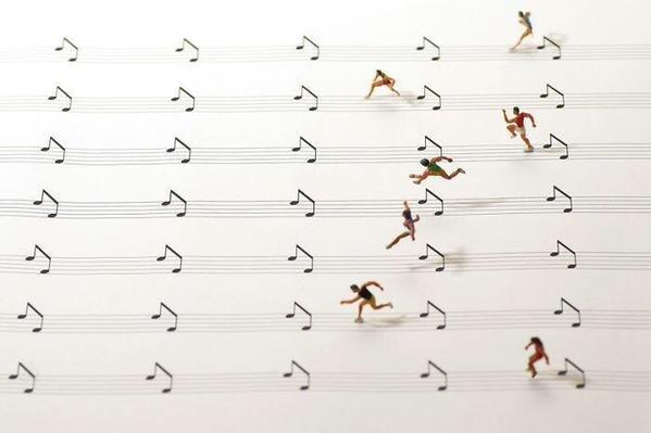 تاناكا تاتسويا فنان ياباني يصنع شخصيات مصغرة من الدمى لتتفاعل مع الأشياء اليومية بأسلوب إبداعي #غرد_بصورة صوره رقم 4