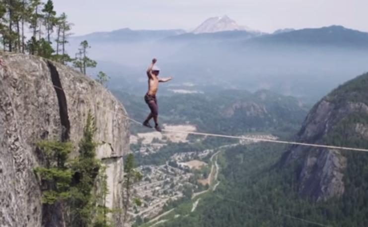 كندي يسير 64 مترا فوق حبل مطاطي #غرد_بصوره صوره رقم 3