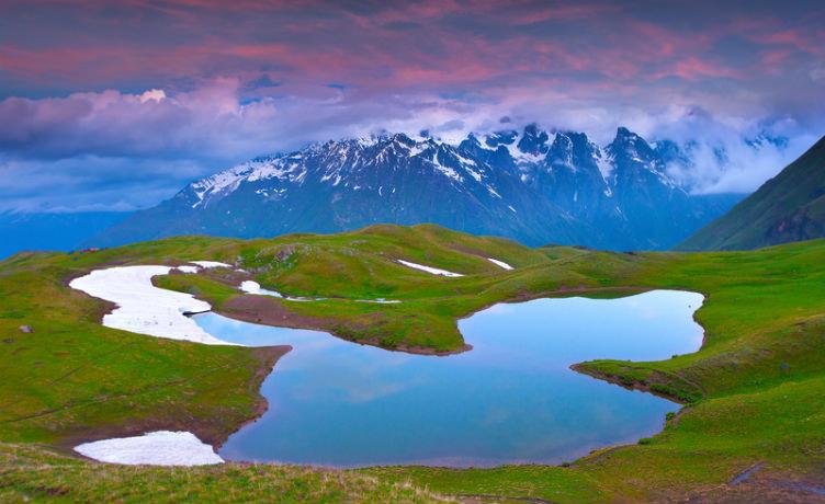بحيرة جميلة في أعالي جبال القوقاز شمال إقليم سفانيتي #جورجيا