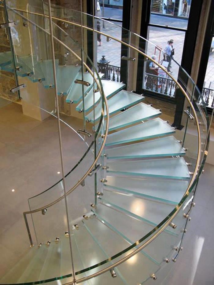 صور من اجمل السلالم الزجاجية سلم دائري #غرد_بصوره صوره 3