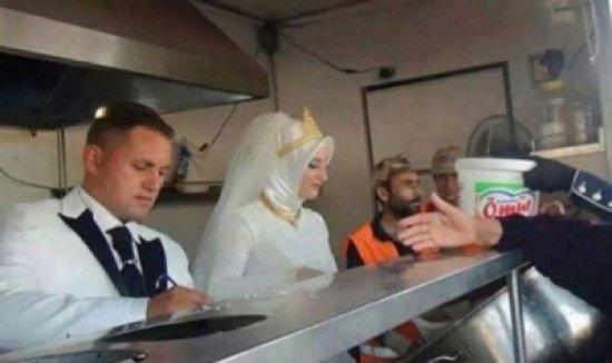 #تركيا عروسان من تركيا يستبدلان حفل زفافهما بوليمة لـ 4000 لاجئ سوري