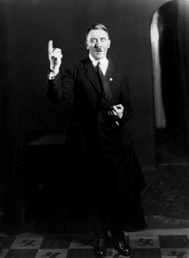 صور #هتلر وهو يتدرب على القاء إحدى خطبه - صورة ٦