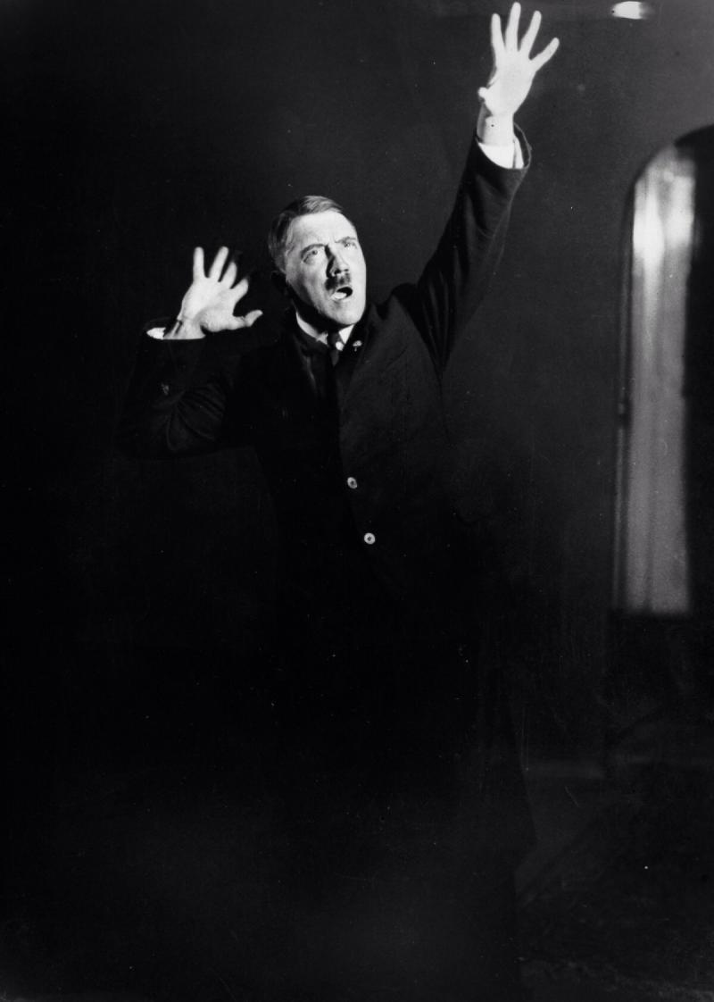 صور #هتلر وهو يتدرب على القاء إحدى خطبه - صورة ١١
