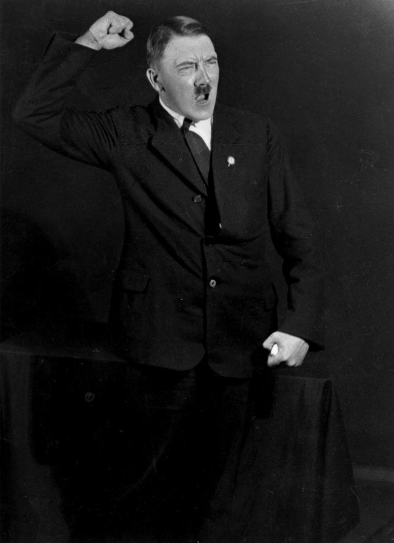 صور #هتلر وهو يتدرب على القاء إحدى خطبه - صورة ١٢