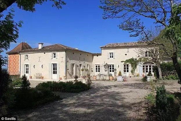 قرية Champ-du-Boult الفرنسية تعرض أراضيها بيورو واحد بسبب نقص عدد سكانها - صورة ٣