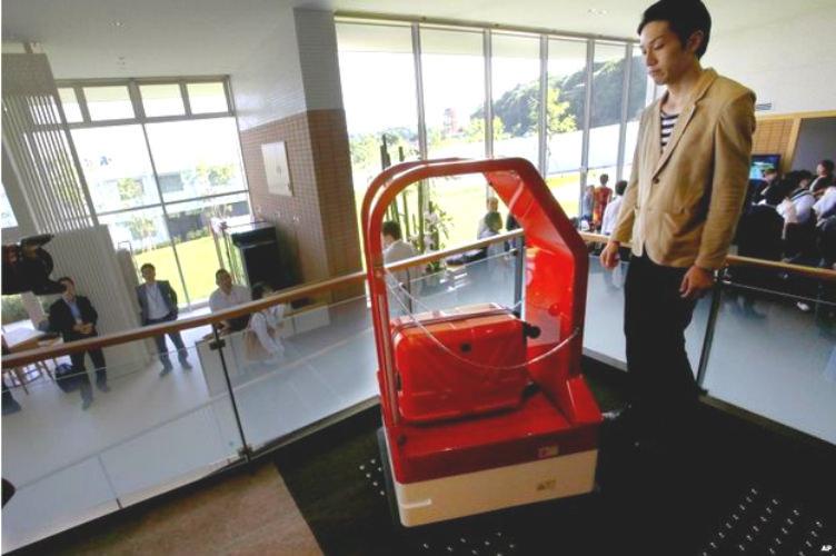 فقط في #اليابان عتّال الأمتعة: روبوت على شكل آلة نقل
