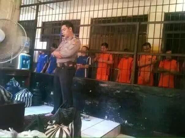 السجين والسجان جمعتهم الصلاة صورة لصلاة الجماعة من إحدى السجون في اندونيسيا
