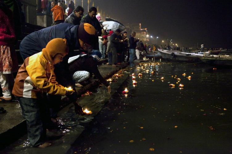 مؤمنين يضيؤن نهر الغانج بالشمع #فاراناسي #الهند
