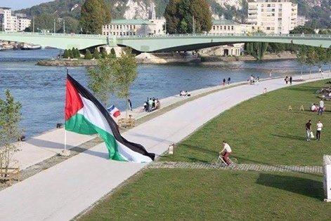 بلدية روان في فرنسا ترفع العلم الفلسطيني على شاطئ نهر في المدينة ..