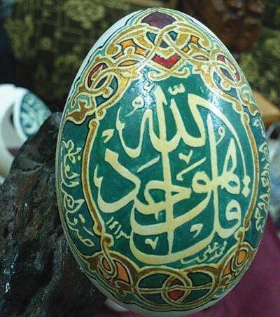 سعودي تجاوز ال ٧٠ من عمره هوايته الكتابة والرسم على البيض #غرد_بصوره صوره رقم 1