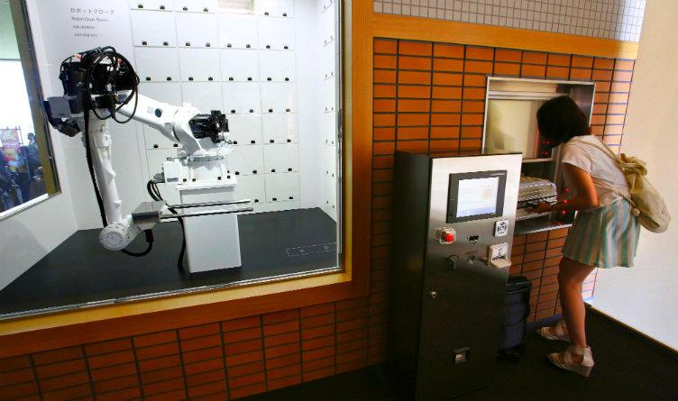 فقط في #اليابان : يد روبوتية تحفظ أمتعة الزبائن داخل خزنة آمنة