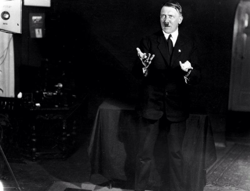 صور #هتلر وهو يتدرب على القاء إحدى خطبه - صورة ٥