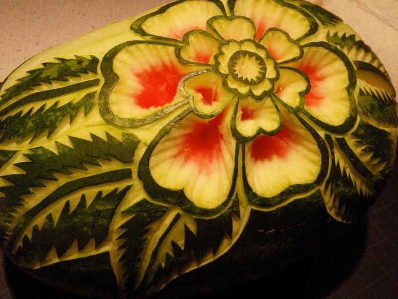 فن النحت على البطيخ #غرد_بصوره صوره رقم 2