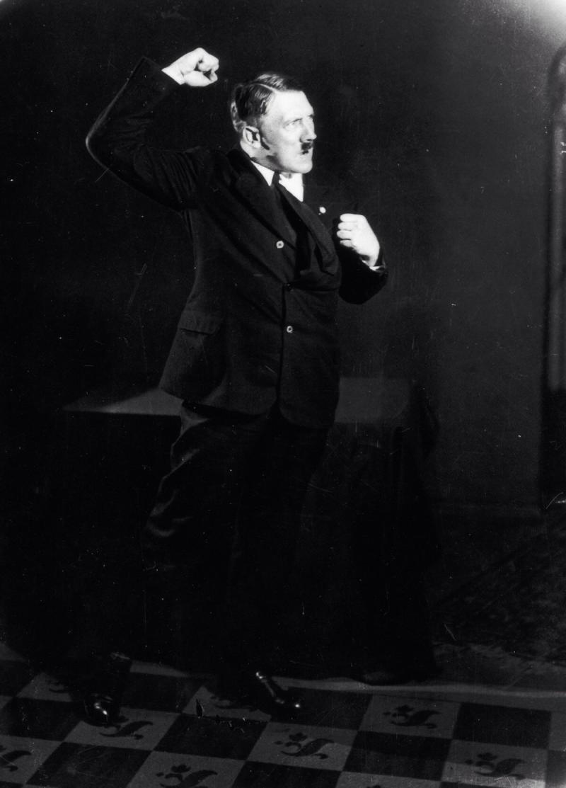 صور #هتلر وهو يتدرب على القاء إحدى خطبه - صورة ١٠
