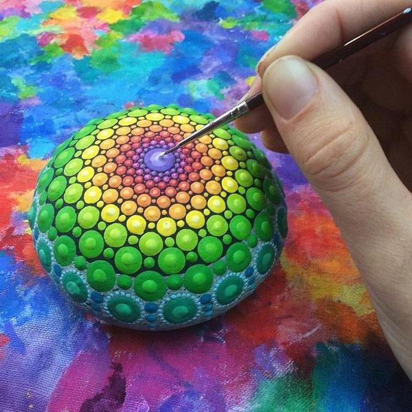 الفنانة الكندية اليزابيث ماكلين تلتقط الحجارة من الشواطيء وتلونها بطلاء الاكريليك #غرد_بصوره صوره رقم3