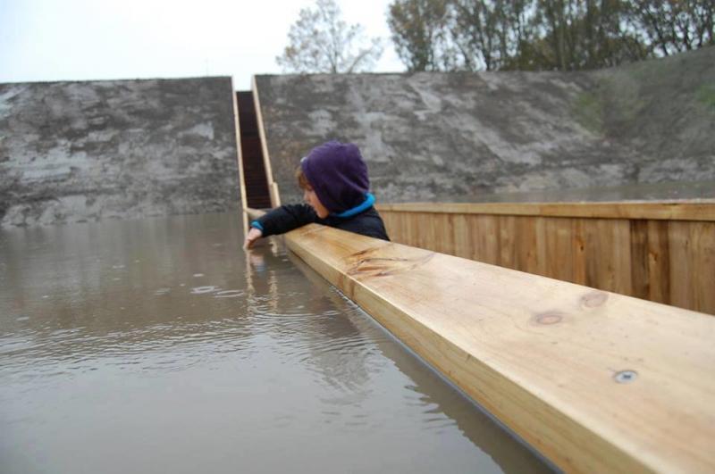 بالصور جسر موسى العائم في الماء في هولندا #المستوحى من #معجزة_النبي #موسى عليه السلام ، يصل هذا الجسر الى قلعة فورت دي روفر التاريخية صوره 2
