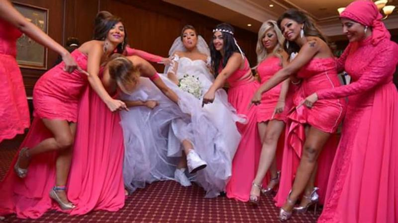 شاهد ماذا ترتدي الفنانه #مي_كساب في حفل زفافها