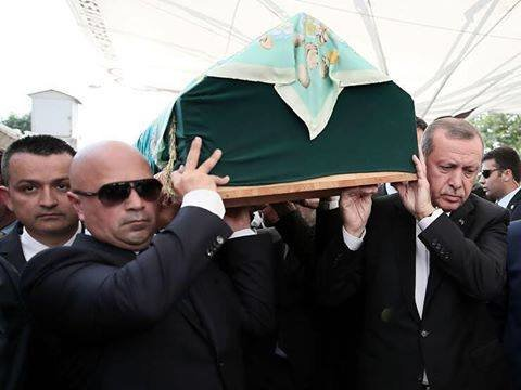 """#صورة الرئيس التركي #أردوغان يشارة بجنازة الكاتبة والمؤلفة التركية \""""تولو غوموش تكين\"""""""