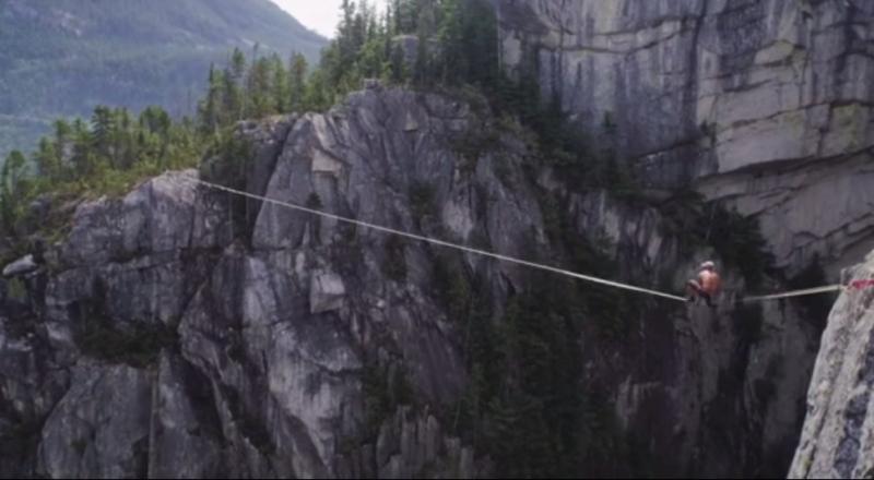 كندي يسير 64 مترا فوق حبل مطاطي #غرد_بصوره صوره رقم 1