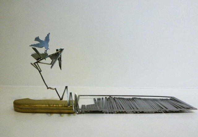 فنان ينحت مجسمات على شفرة السكين #غرد_بصورة -صورة 3