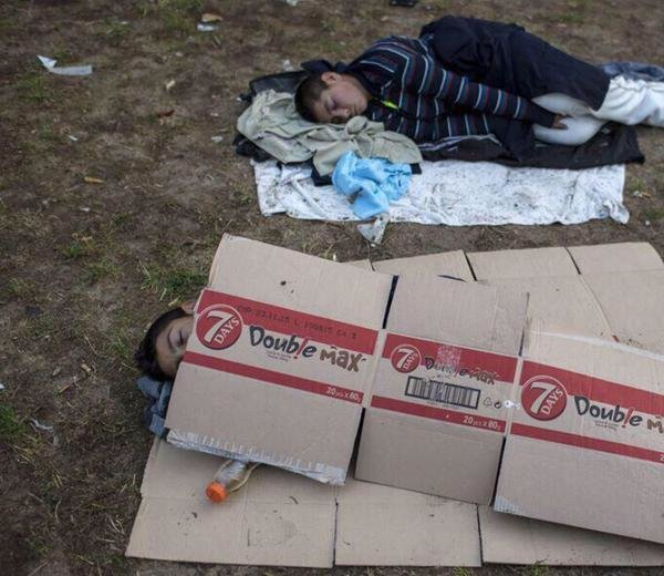 لاتحتاج الصورة إلى كثير كلام وتعليق ولكن أقول حسبي الله ونعم الوكيل #استضافة_لاجئي_سوريا_واجب_خليجي
