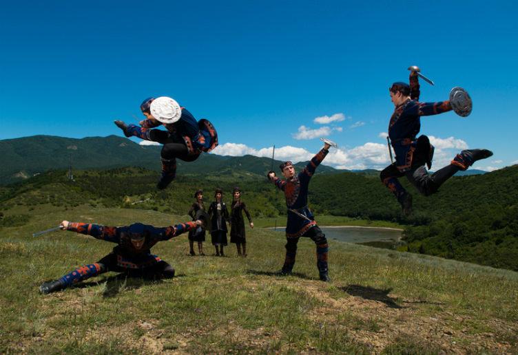 رقصة جورجية تقليدية في الطبيعة #جورجيا