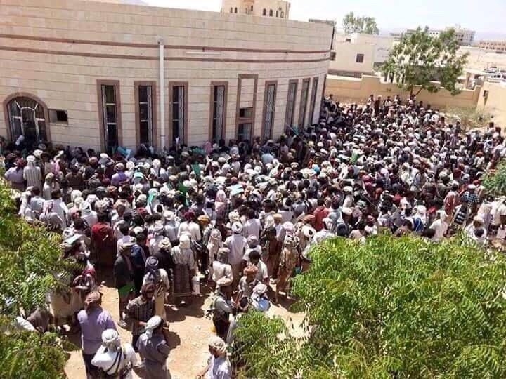 أعضاء المقاومة الشعبية في اليمن ينتظرون دورهم للانضمام للجيش #اليمن_تنتصر
