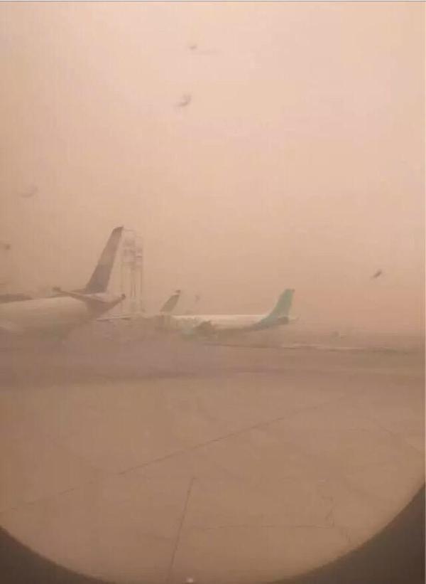 عاصفه رملية كثيفة تضرب العاصمة #الرياض صوره رقم4