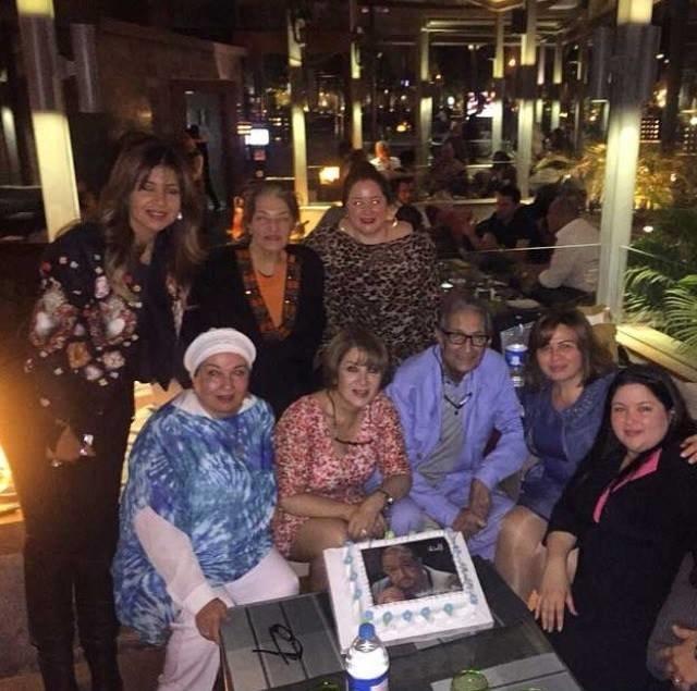 اخر الصور للفنان الراحل نور الشريف يحتفل بعيد ميلاده مع عائلته برغم مرضه الشديد #مصر #نور_الشريف #وفاة_نور_الشريف صوره رقم 2