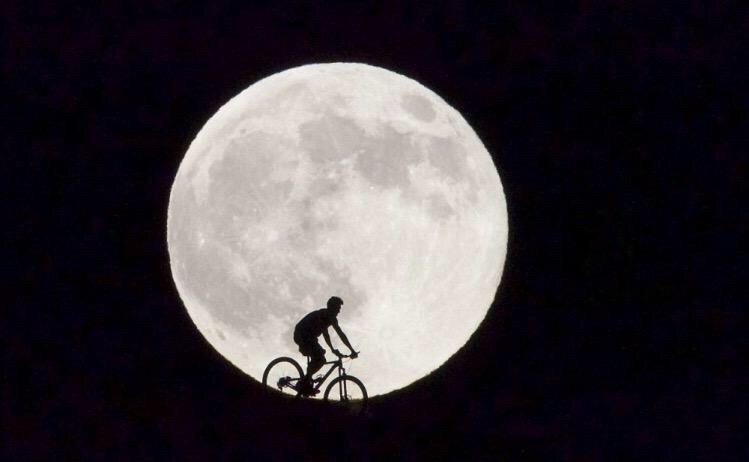صور ظهور القمر العملاق حول العالم - ٢