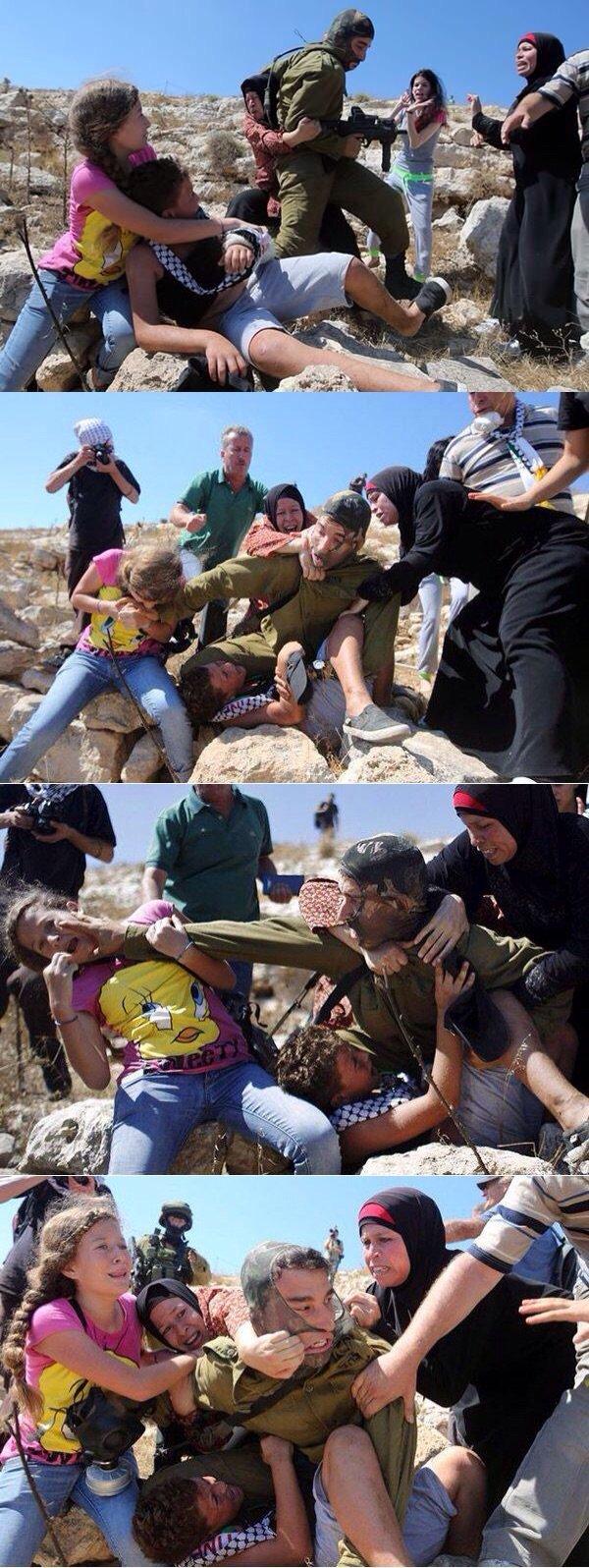 فتيات فلسطينيات يدافعن عن طفل يحاول جندي اسرائيلي القبض عليه - صورة ١