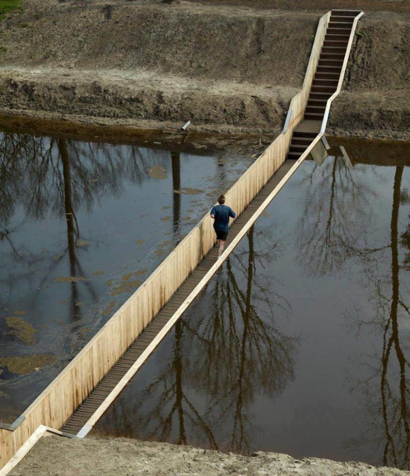 بالصور جسر موسى العائم في الماء في هولندا #المستوحى من #معجزة_النبي #موسى عليه السلام ، يصل هذا الجسر الى قلعة فورت دي روفر التاريخية