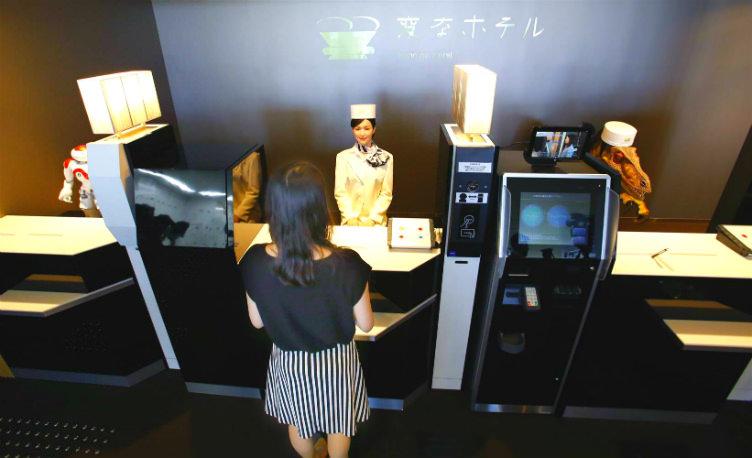 فقط في #اليابان موظفوا الإستقبال: روبوتات على شكل امرأة تتكلم اليابانية وديناصور يتكلم الإنجليزية