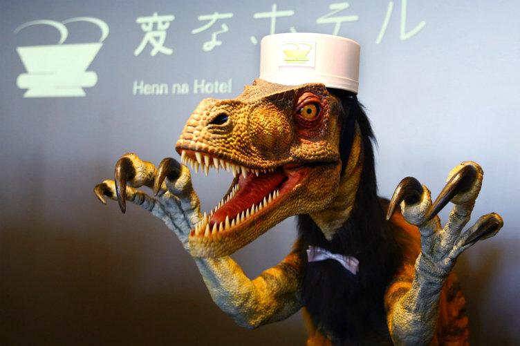 فقط في #اليابان: طاقم الفندق يتكون من الروبوتات!