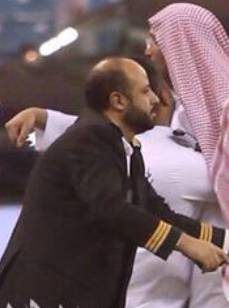 اثنين يتهاوشوا بالملعب، وش جاب موظف الخطوط السعودية بينهم