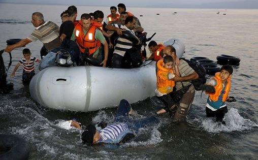 لاجئون سوريون اثناء وصولهم لأحد شواطئ جزر اليونان بعد معاناة في قارب صغير