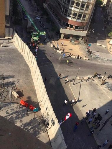 جدار العزل الذي وضعته الحكومة اللبنانية لمنع المتظاهرين من الوصول لمنطقة التظاهر #ريحتكم_طلعت