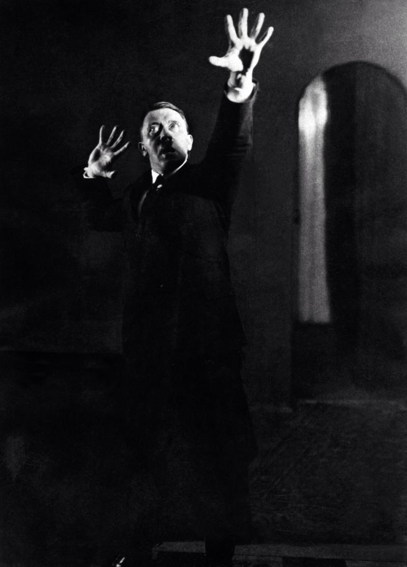 صور #هتلر وهو يتدرب على القاء إحدى خطبه - صورة ١٣
