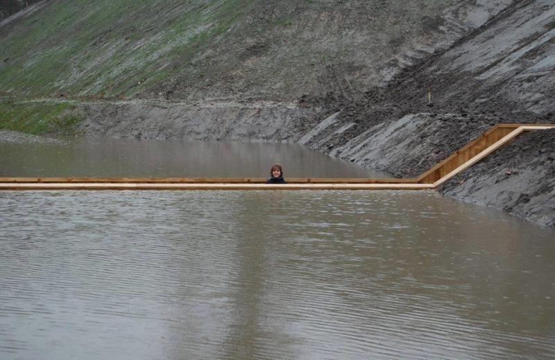 بالصور جسر موسى العائم في الماء في هولندا #المستوحى من #معجزة_النبي #موسى عليه السلام ، يصل هذا الجسر الى قلعة فورت دي روفر التاريخية صوره3