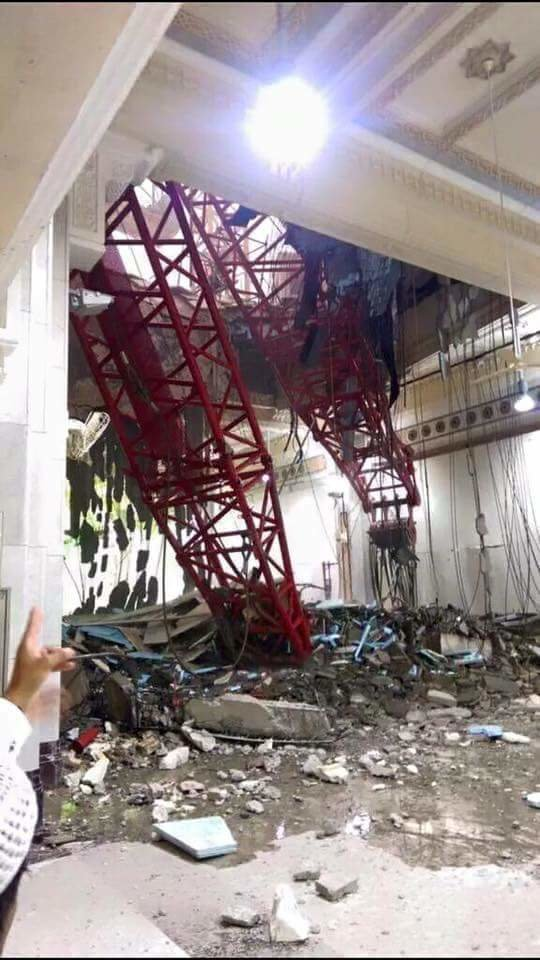 سقوط رافعة في صحن المطاف بالحرم المكي الشريف بسبب الرياح الشديدة وأنباء عن وفيات #السعودية _صورة 3