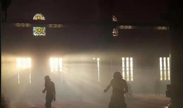 من داخل المصلي القبلي بالمسجد #الأقصى حيث تحاصر قوات الاحتلال عددا من الشبان بداخله وتطلق قنابل الغاز