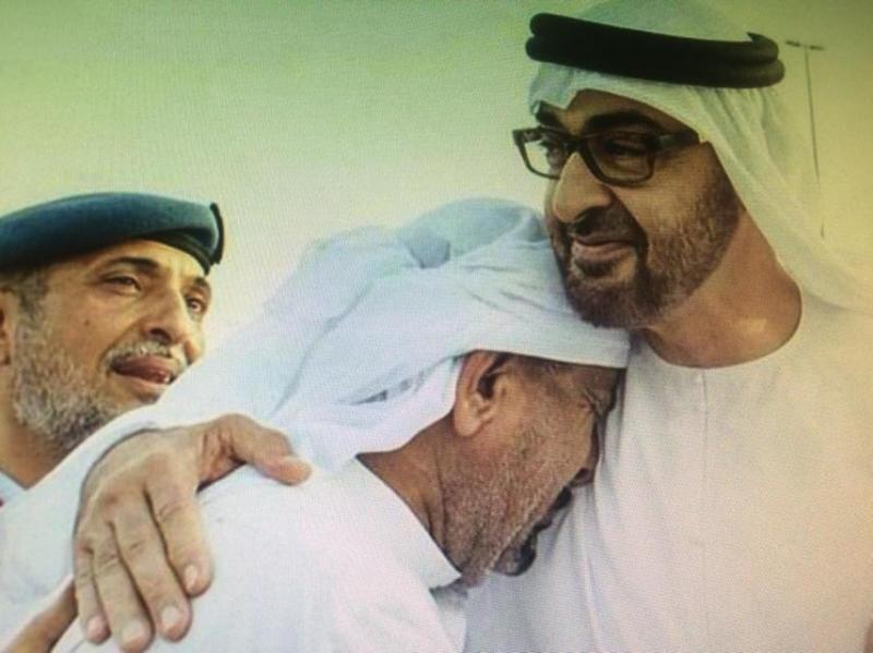 رجل يبكي شعبه على كتفه لأنه الوالد #شهداء_الامارات_البواسل
