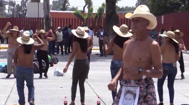تعري متظاهرين مكسيكيين احتجاجا على الفساد - صورة ٢