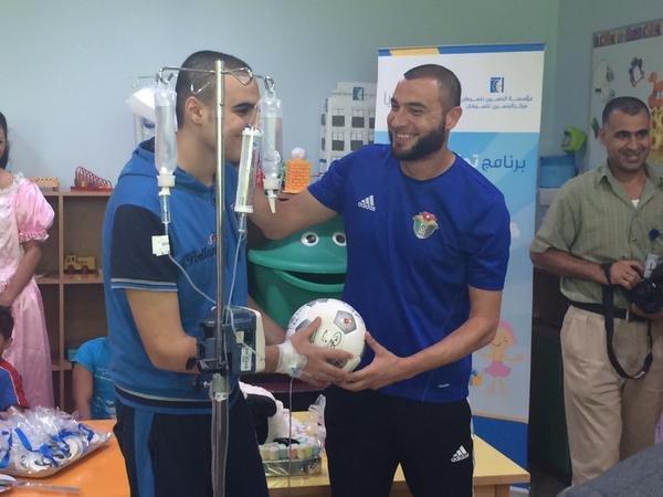 سَعِد مرضانا بكرة القدم الموقّعة من الكابتن #عامر_شفيع كهدية مميزة بمناسبة #برنامج_تحقيق_الأحلام #عيد_الأضحى -1